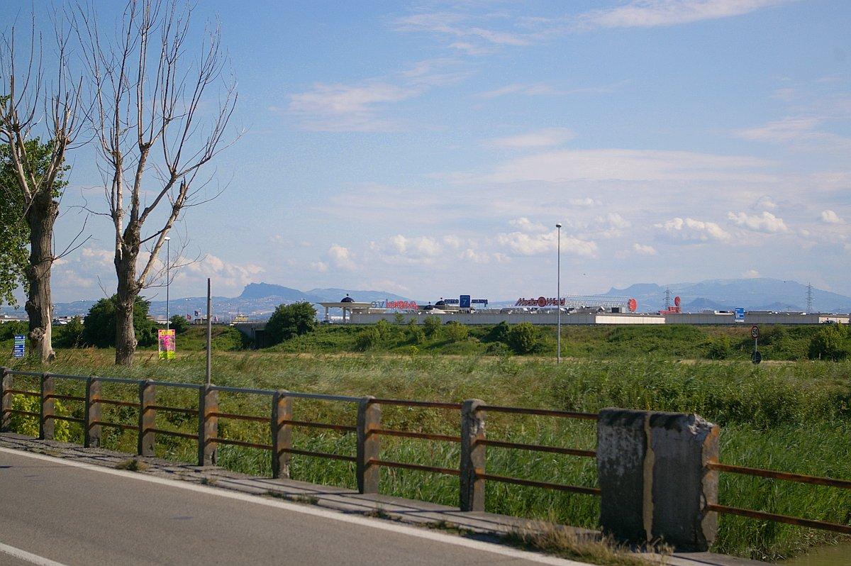 Media Markt/World am / at the Rubicon bei/near Cesenatico SS16 Adriatica Fiume Rubicone - Monte Titano